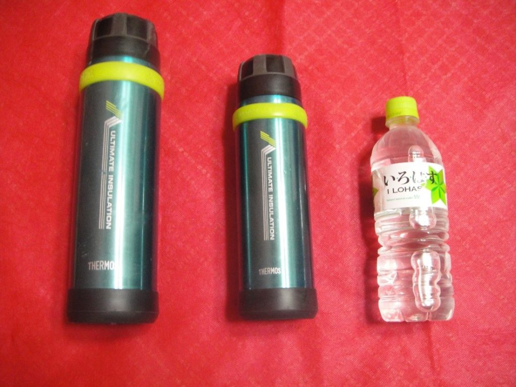 サーモスの山専ボトルを500mlペットボトルの大きさと比較