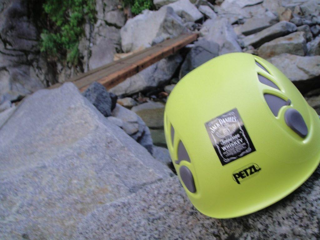 ペツルの登山用ヘルメットのエリオスを登山道で撮影
