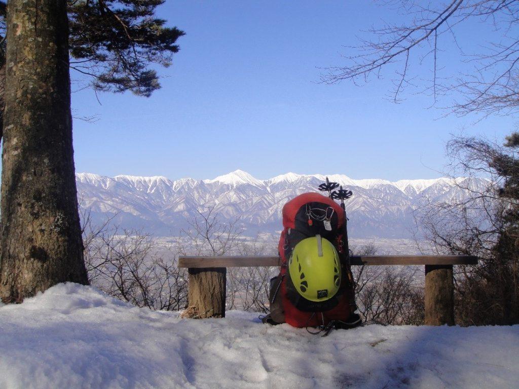 ペツルの登山用ヘルメットのエリオスを日帰り用ザックに外付けした様子