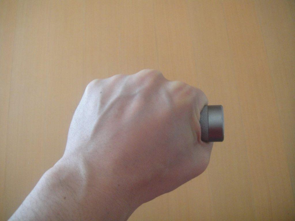 ジェントス閃325のサイズを拳と比較