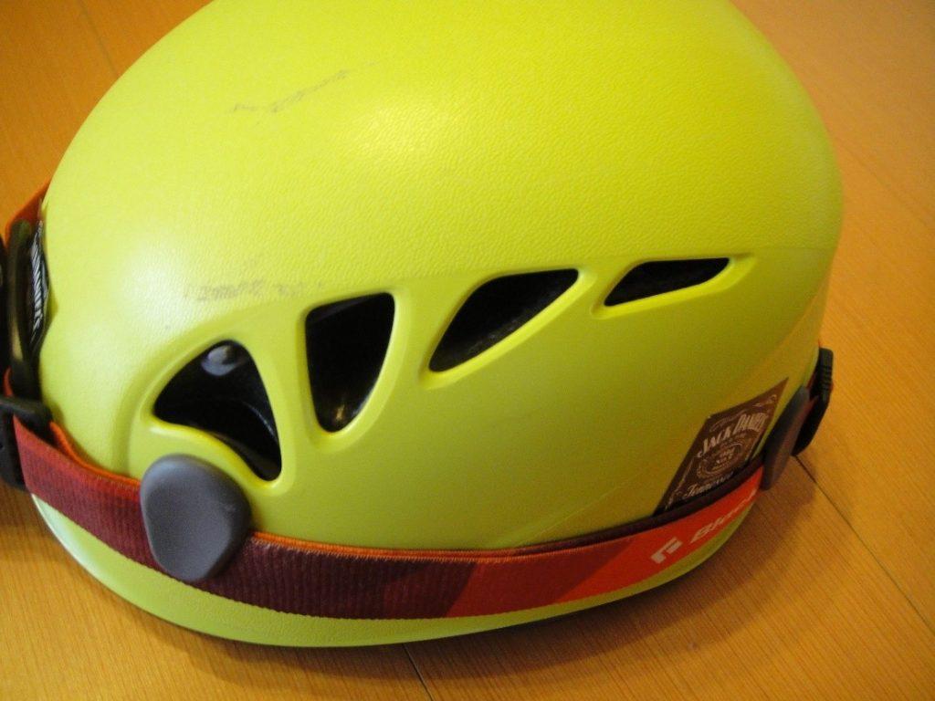 ペツルの登山用ヘルメットのエリオスのシャッターを開けた様子