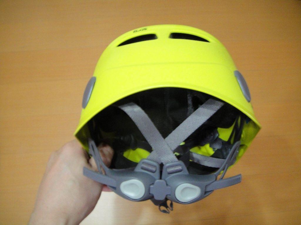 ペツルの登山用ヘルメットのエリオスのサイズ調整用ヘッドバンドを締めた様子