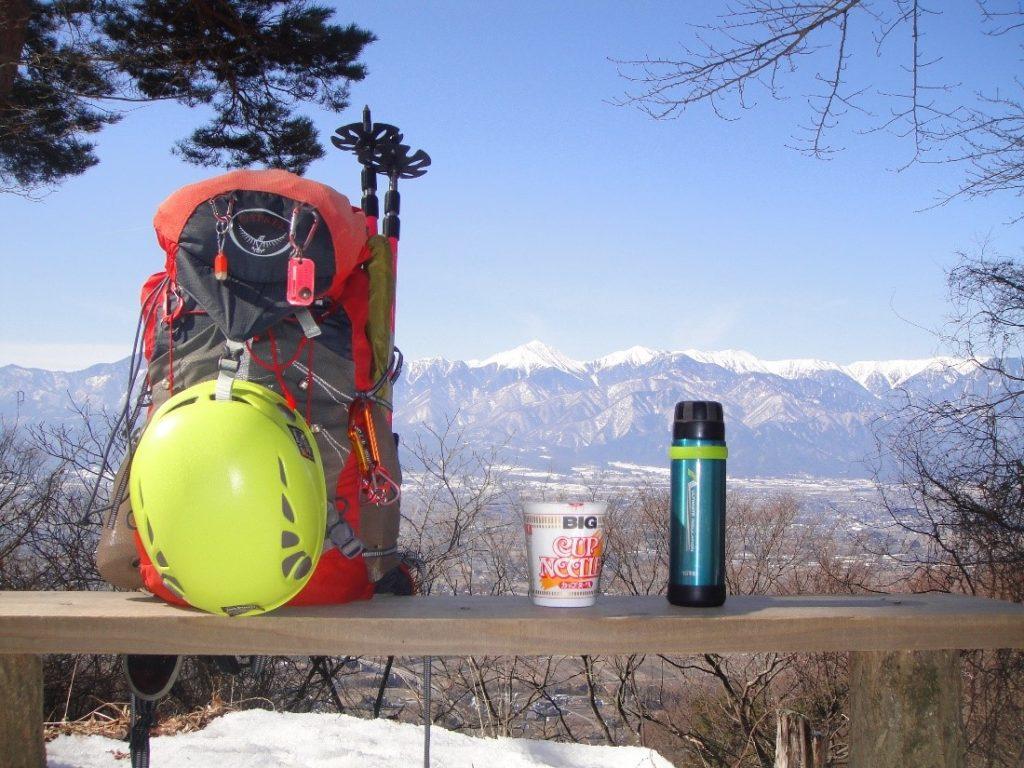 登山中に山専ボトルのお湯でカップラーメンを作った時の写真