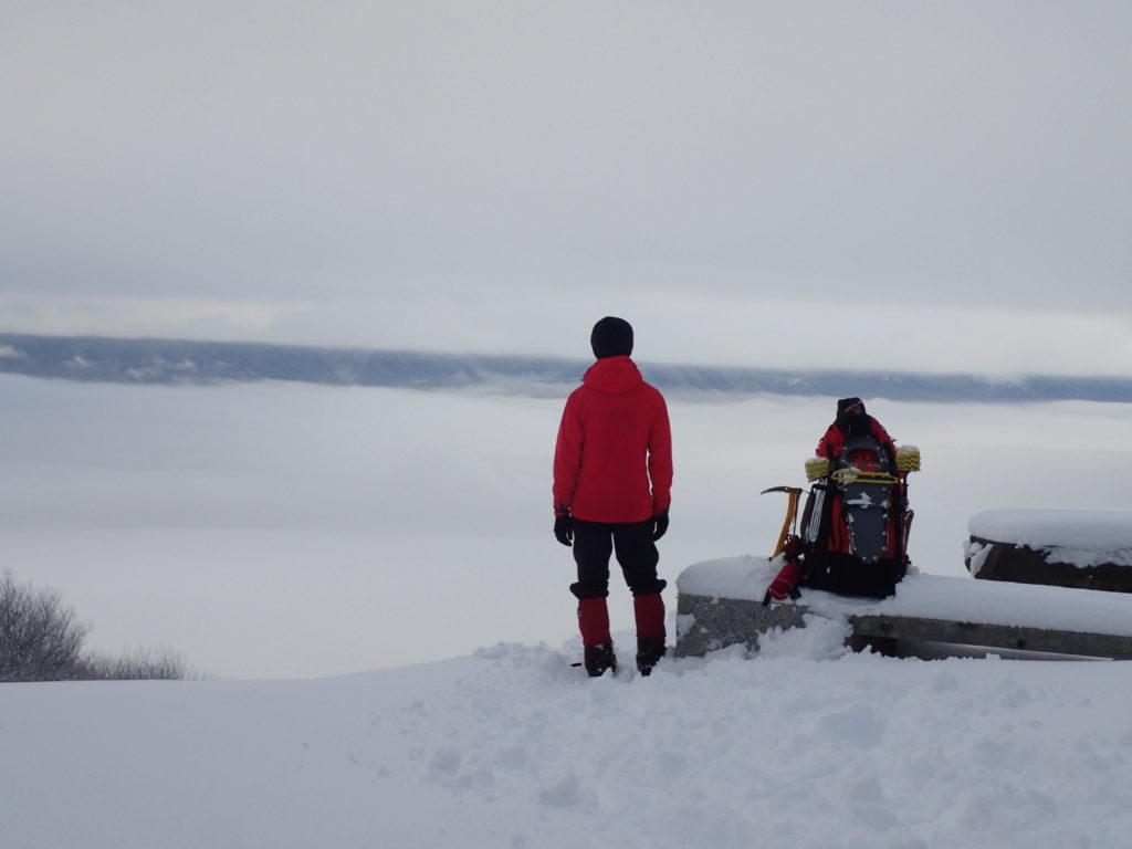 長峰山展望台前から雲に覆われた安曇野市を眺める