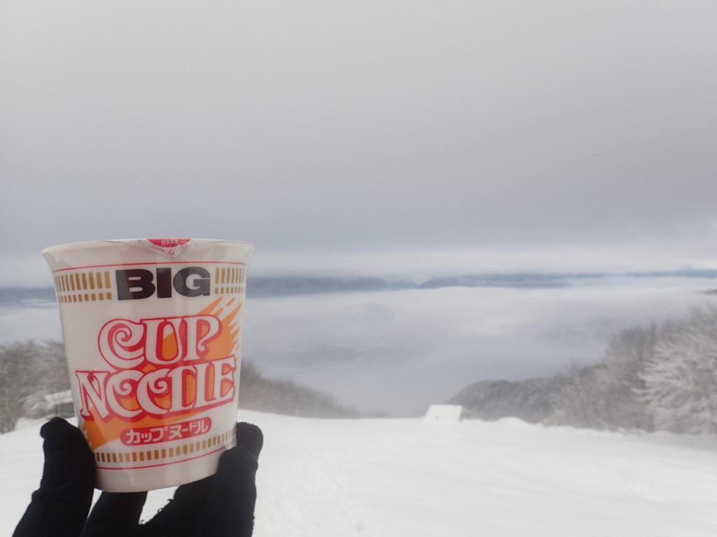 長峰山展望台前でマルタイラーメンの後にカップヌードルを食べようとしたものの。