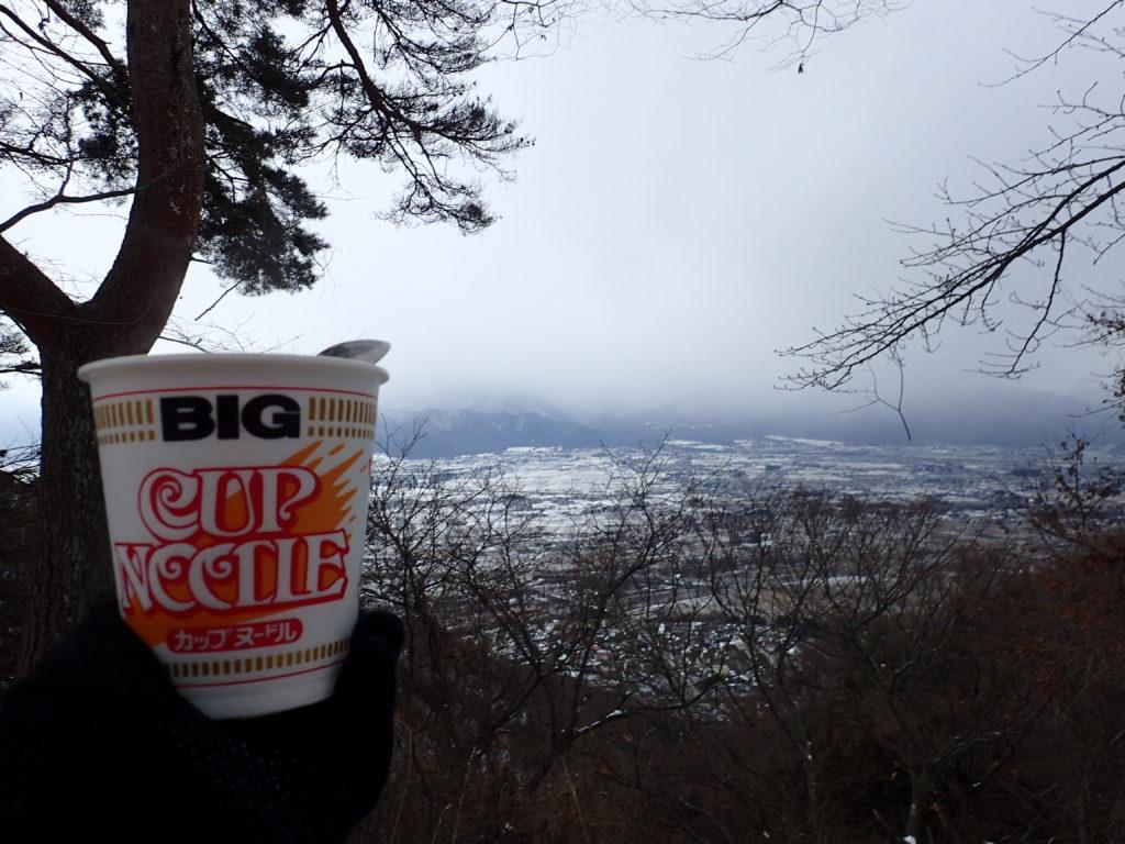 安曇野市を眺めながら食べるカップヌードル