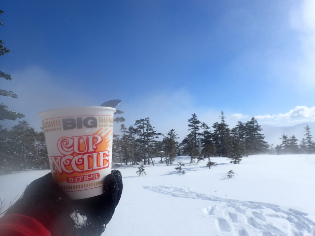 冬の乗鞍高原ツアーコースで食べるカップヌードル