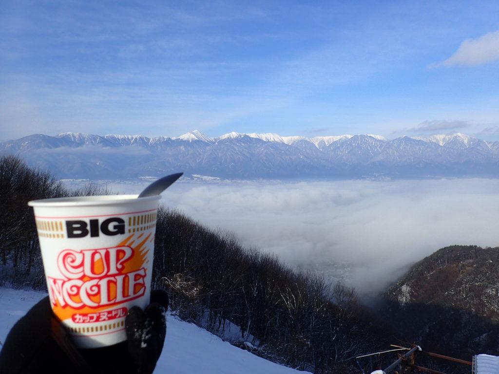 信州安曇野の長峰山で雲海の向こうに北アルプスを眺めながらのカップラーメン