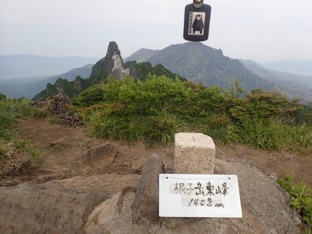 根子岳東峰山頂からくまもんと阿蘇山と天狗峰