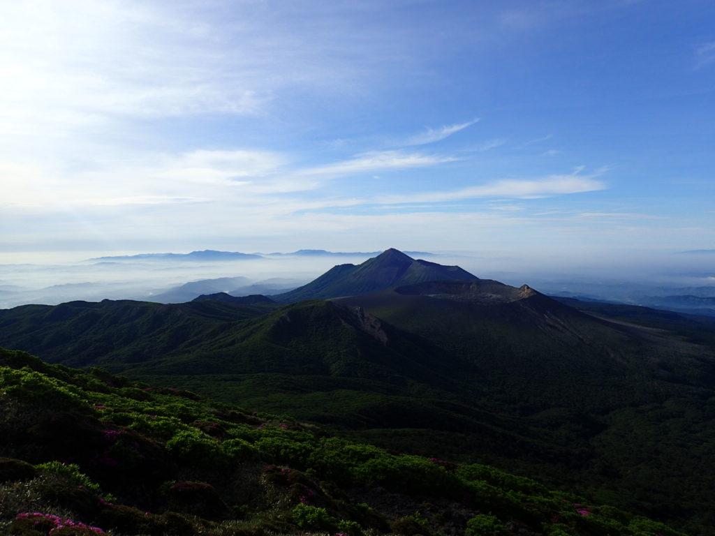 韓国岳山頂から眺める新燃岳と高千穂峰