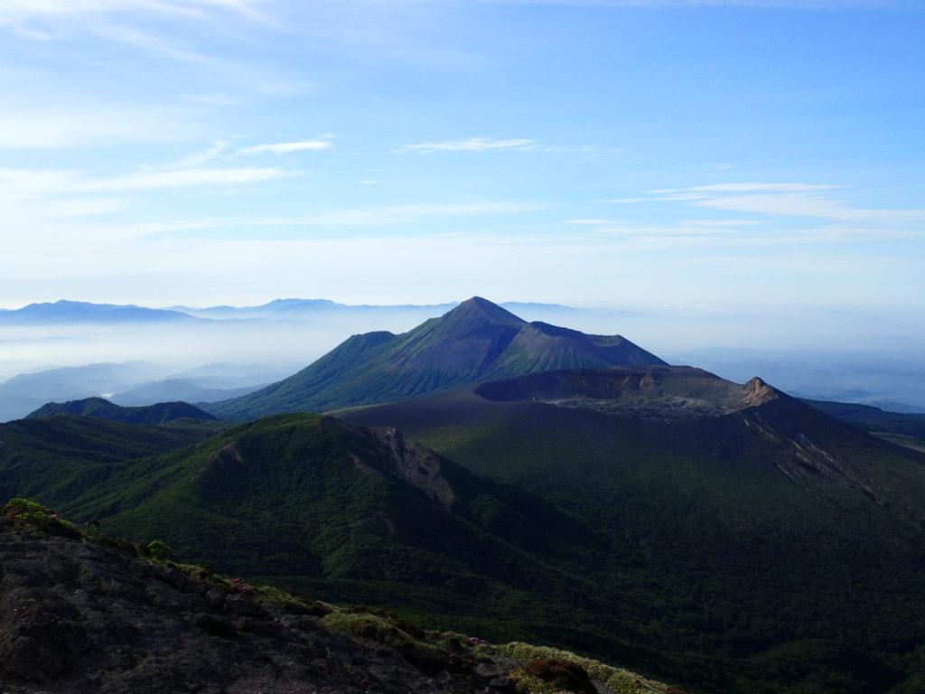 韓国岳から眺める新燃岳と高千穂峰