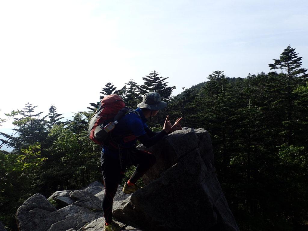 恵那山頂避難小屋裏の岩場で記念撮影