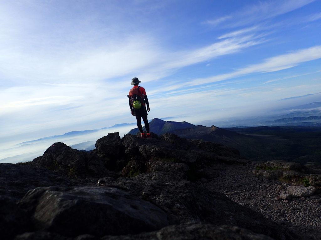 韓国岳山頂で高千穂峰を背景に自撮り
