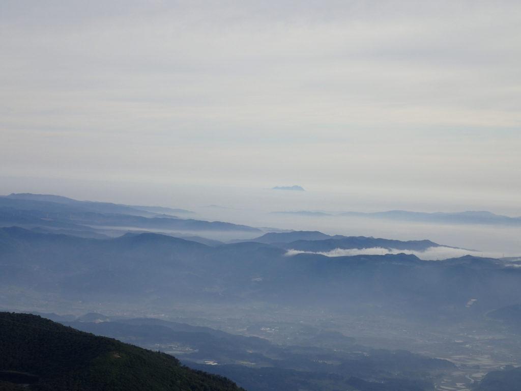 韓国岳山頂から遠方に見える雲仙普賢岳