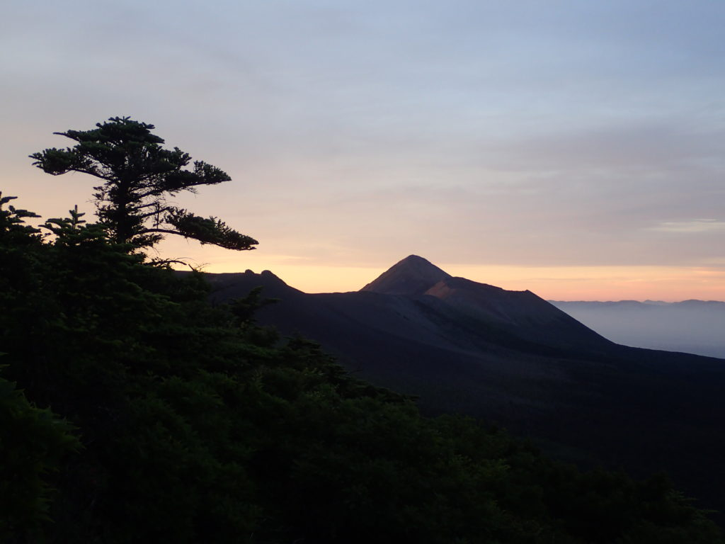 朝日に染まる高千穂峰
