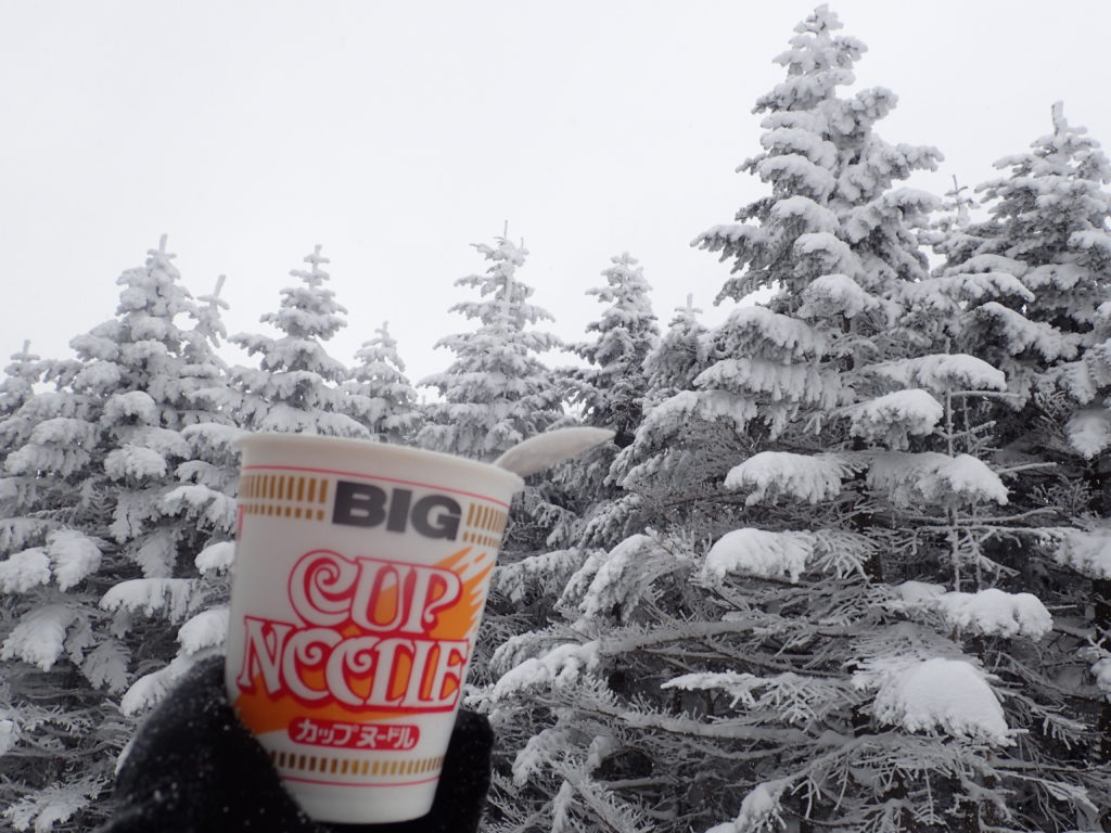 厳冬期の北八ヶ岳(縞枯山)で食べるカップラーメン
