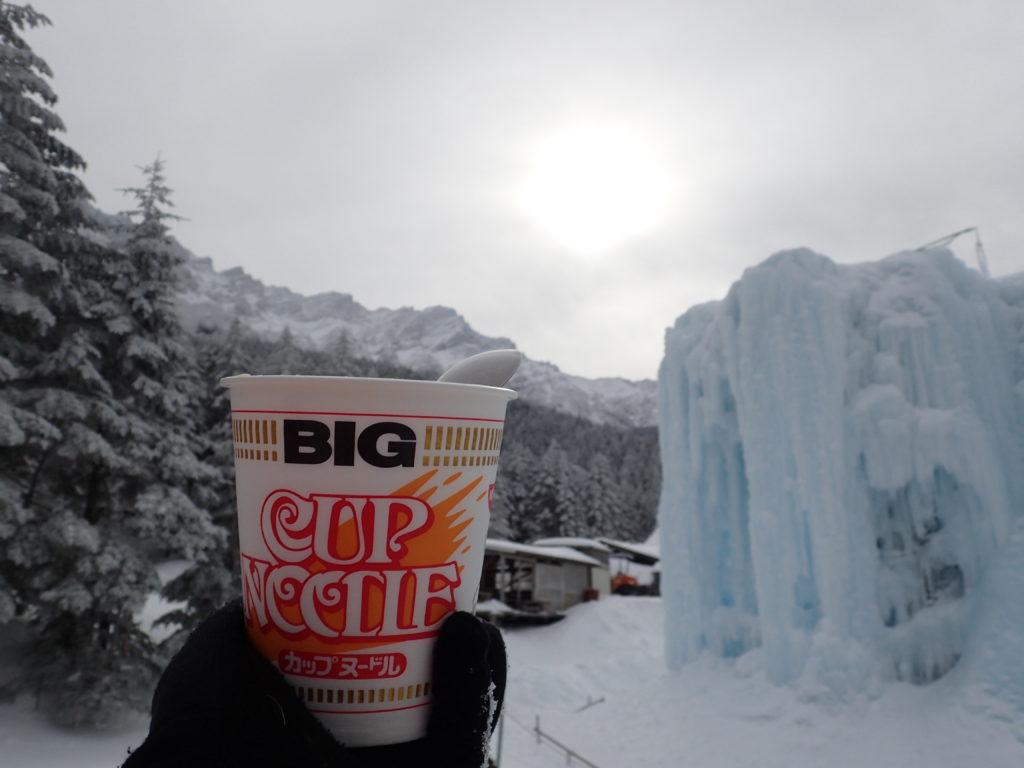 赤岳鉱泉のテント場で八ヶ岳とアイスキャンディーを見ながらのカップヌードル