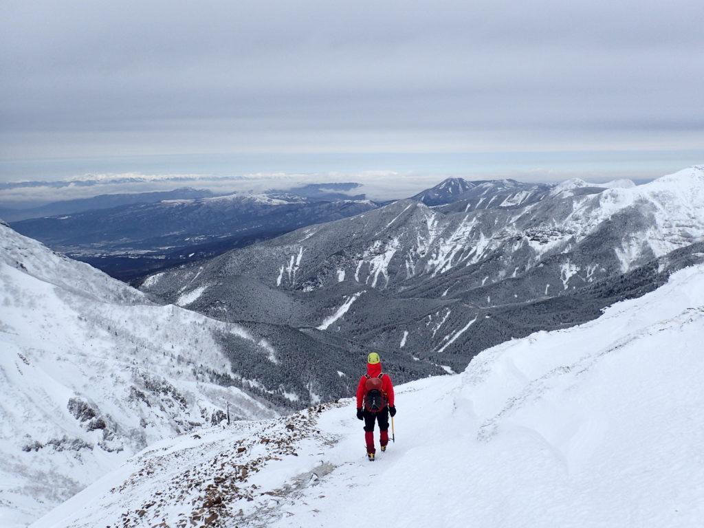 厳冬期の文三郎尾根を下山。進行方向には霧ケ峰や北アルプスが。