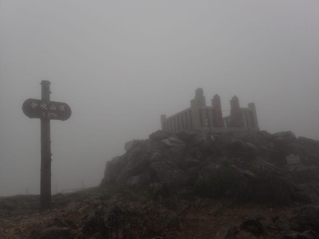 暴風雨の伊吹山山頂