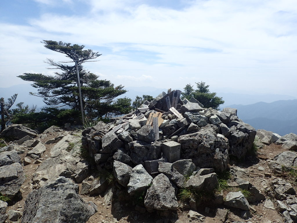 大峰山の八経ヶ岳の三角点