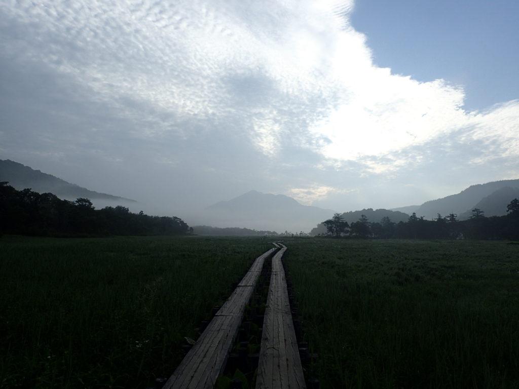 尾瀬の木道と燧ヶ岳