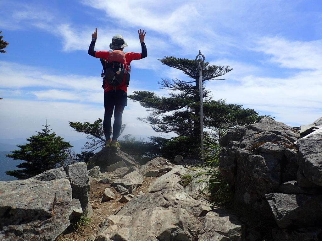 大峰山の八経ヶ岳山頂で記念の自撮り