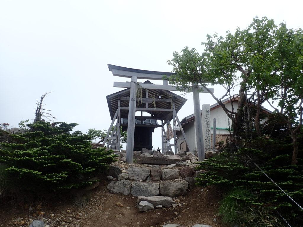 男体山山頂の日光二荒山神社奥宮