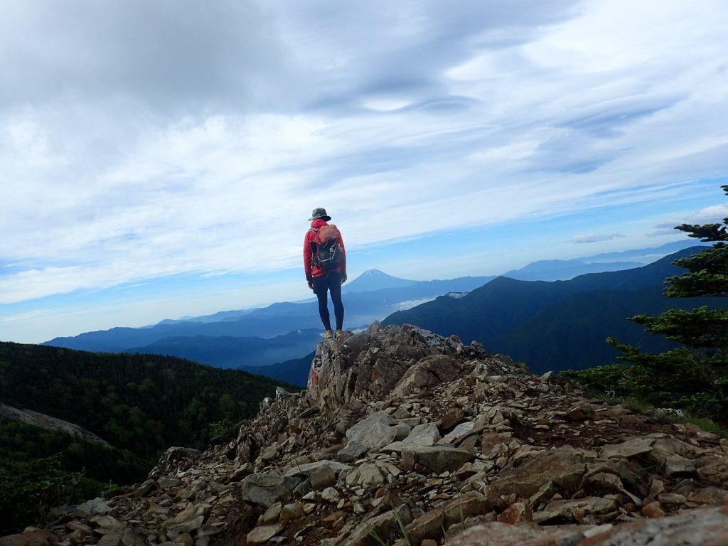 甲武信ヶ岳山頂付近で富士山をバックに記念撮影