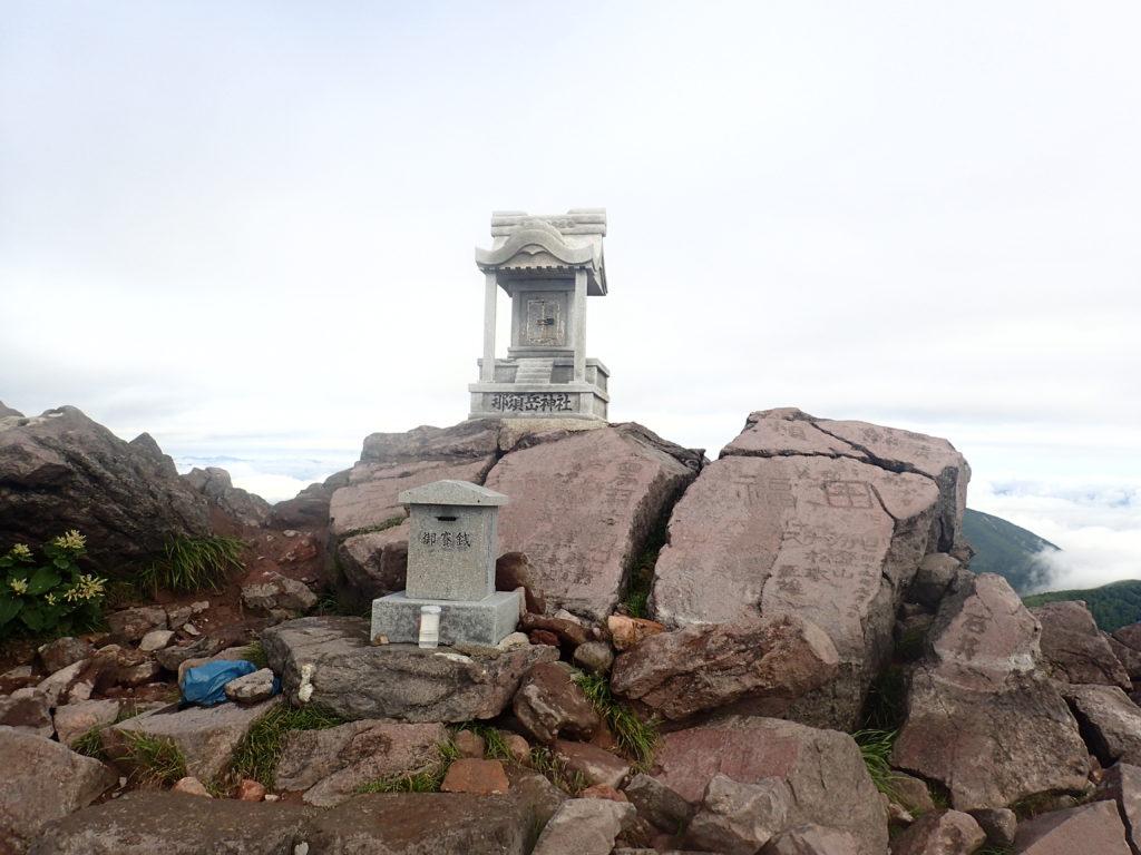 那須岳の茶臼岳山頂の祠