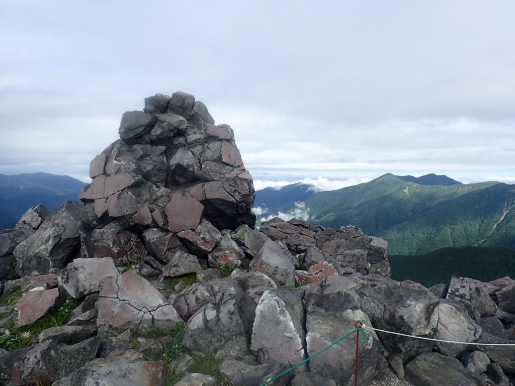 那須岳の茶臼岳山頂の岩