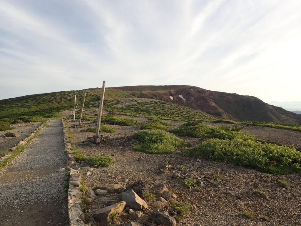 蔵王山の馬ノ背を経て山頂へと向かう登山道