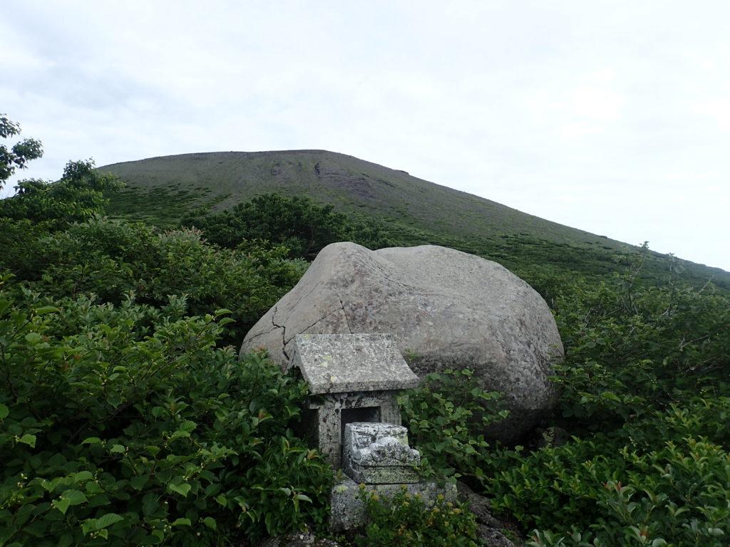 岩手山登山道の祠と山頂方向