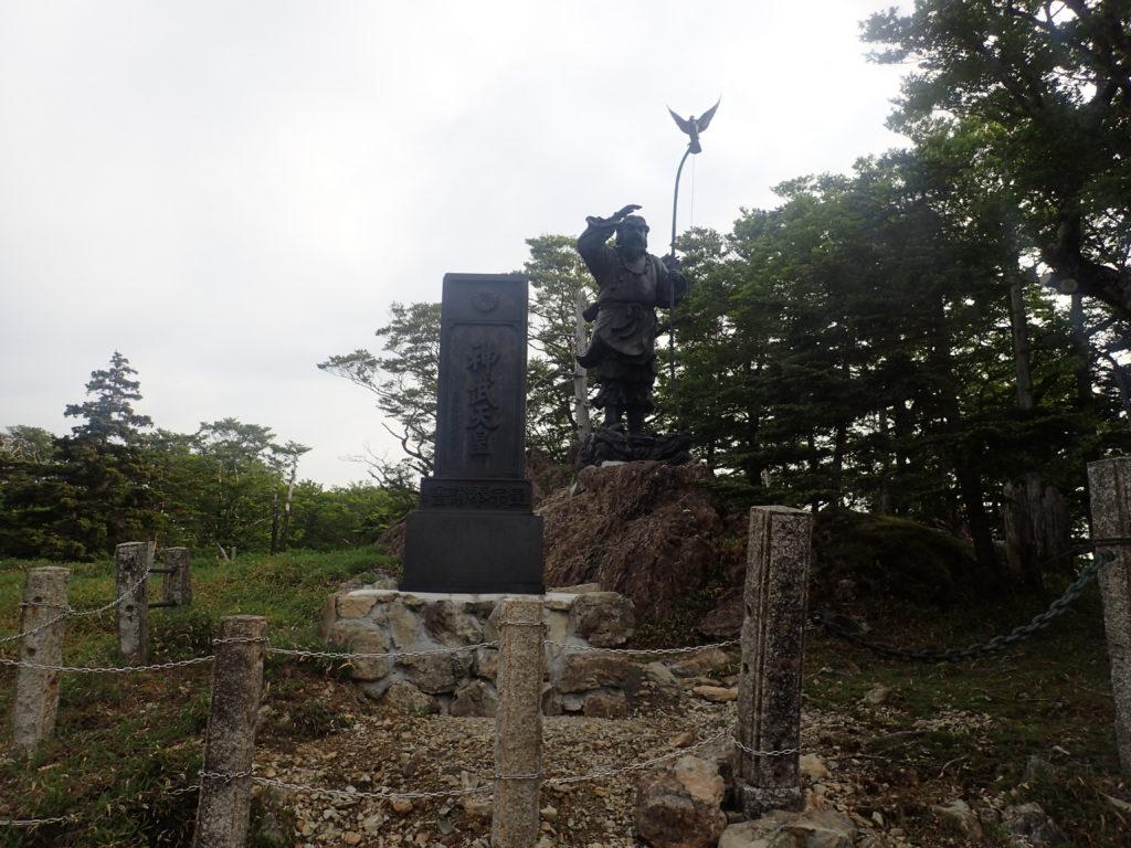 大台ヶ原山の神武天皇の像