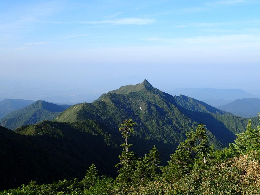 武尊山から見る剣ヶ峰山