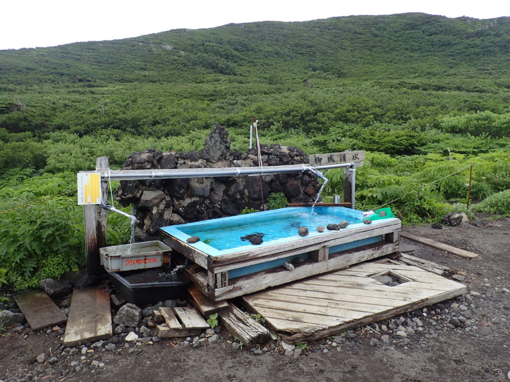 岩手山の8合目避難小屋前の水場(御成清水)