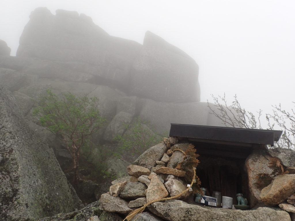 金峰山の五丈石の祠