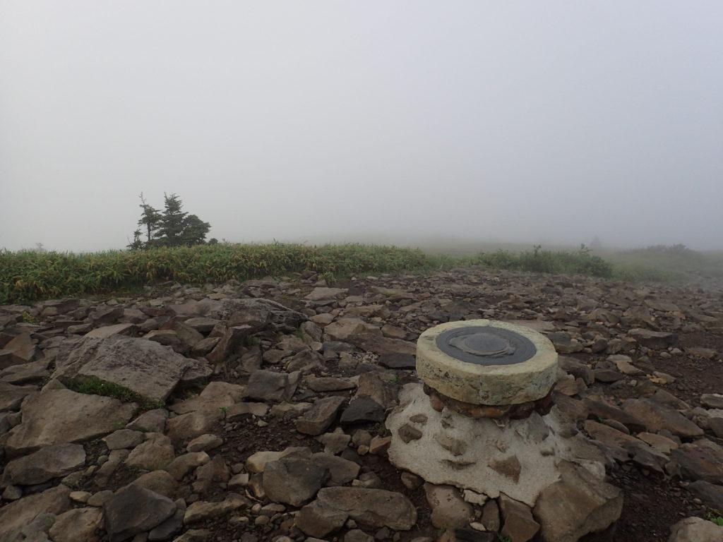 根子岳山頂の方位盤