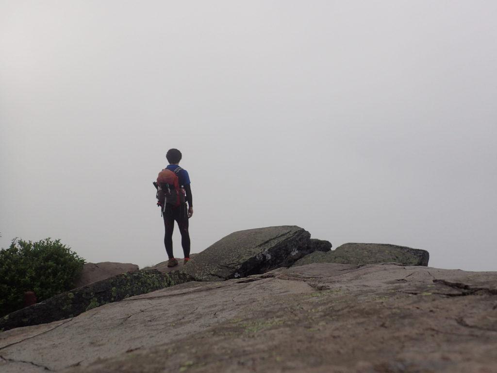 根子岳から四阿山に向かう途中の岩場で記念撮影