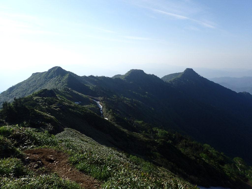 剣ヶ峰方向から見る沖武尊、中ノ岳、前武尊の稜線