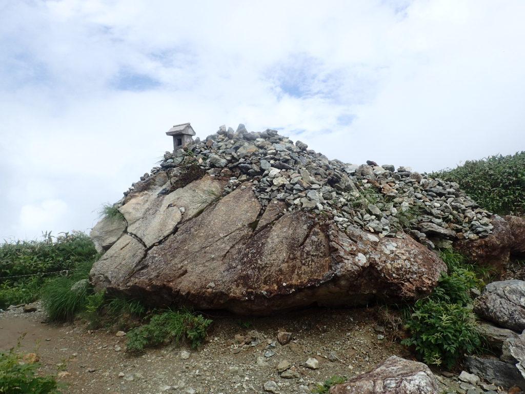 谷川岳の肩ノ小屋付近の祠とケルン