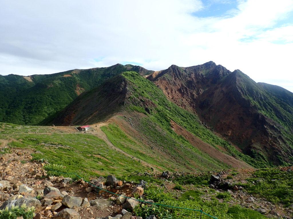 那須岳の茶臼岳側から見る峰ノ茶屋跡避難小屋と朝日岳方面