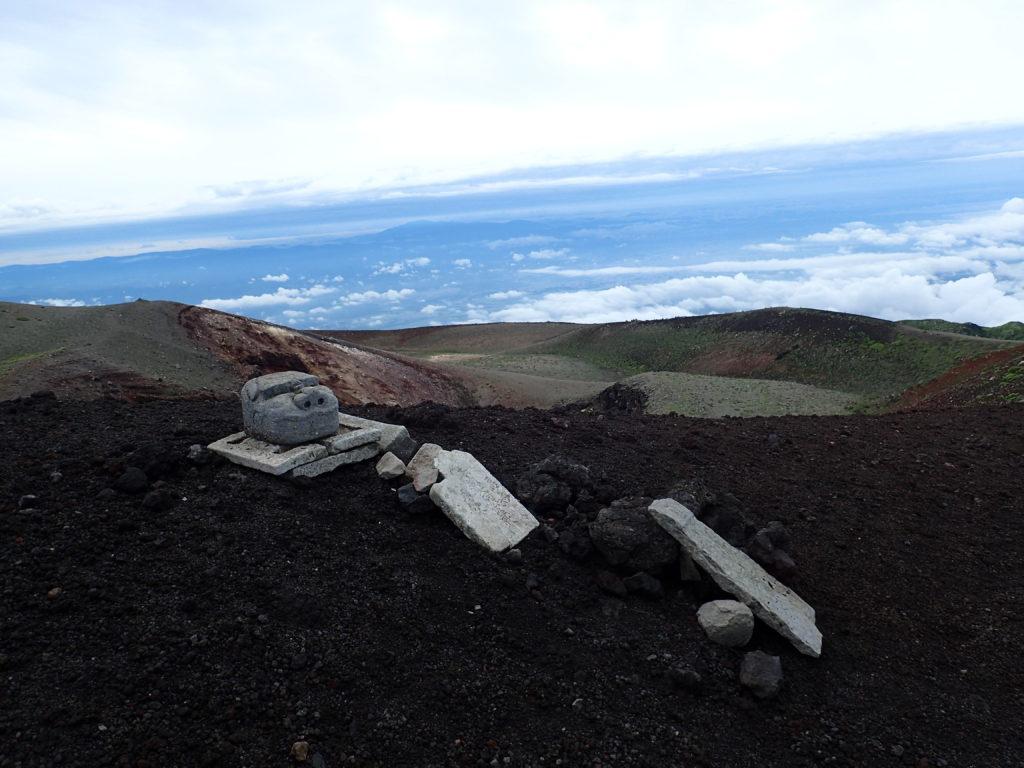 岩手山火口の石仏
