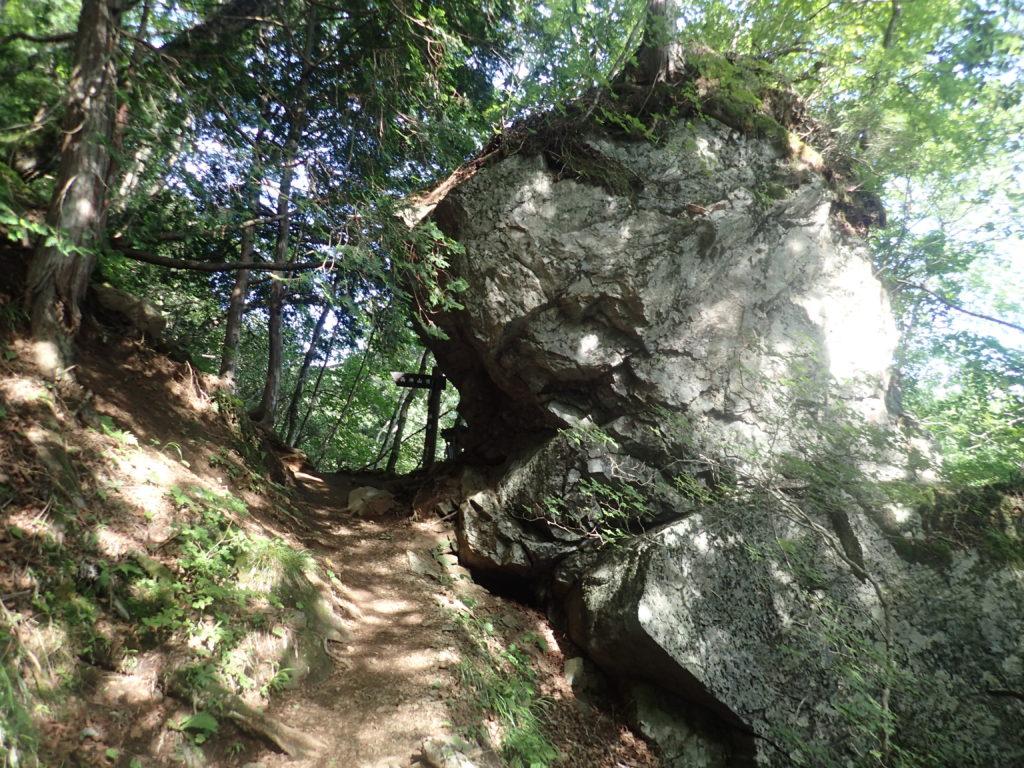 両神山日向大谷口ルート登山道の横岩