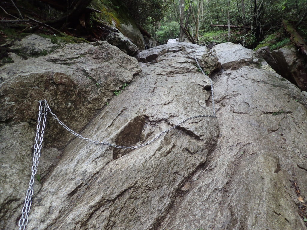 瑞牆山登山道の鎖場
