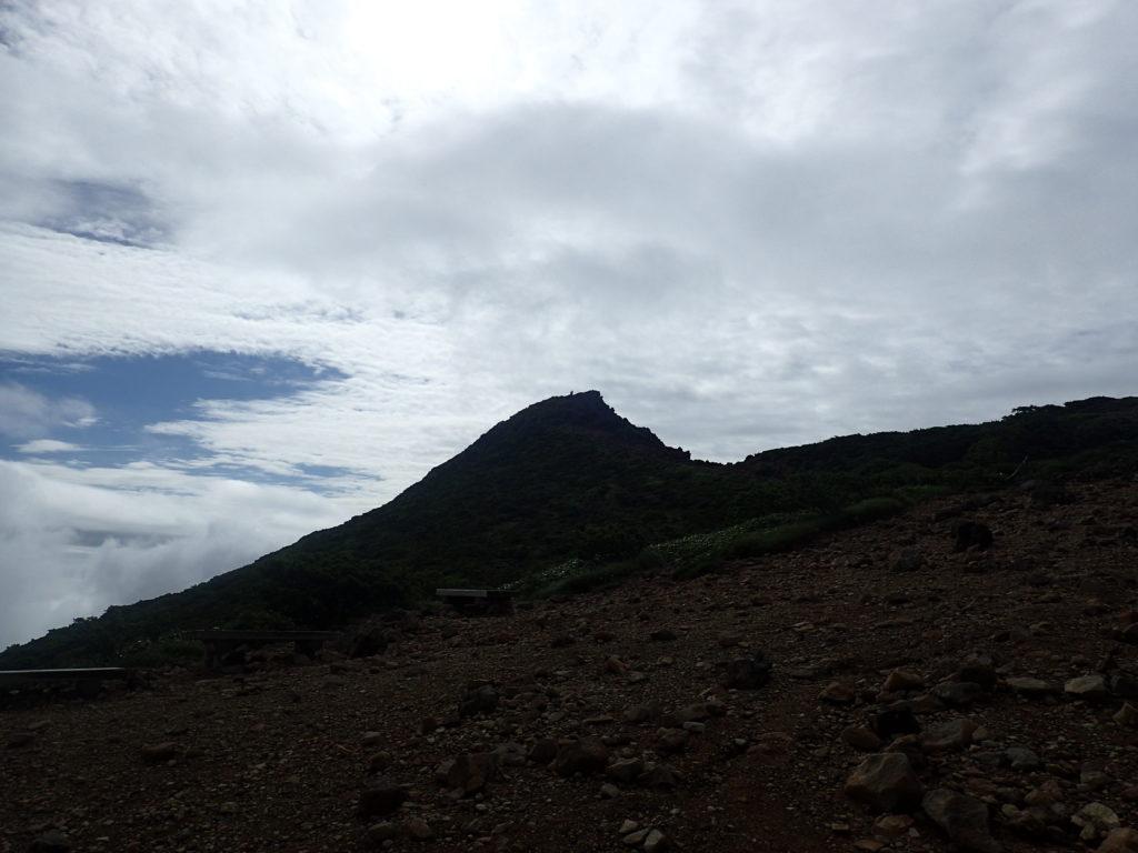 那須岳の朝日の肩付近から見る朝日岳