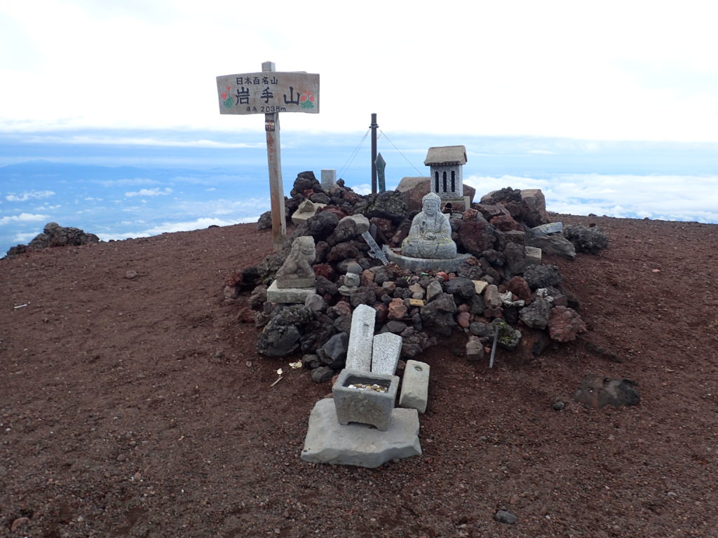 岩手山の山頂標と祠と石仏