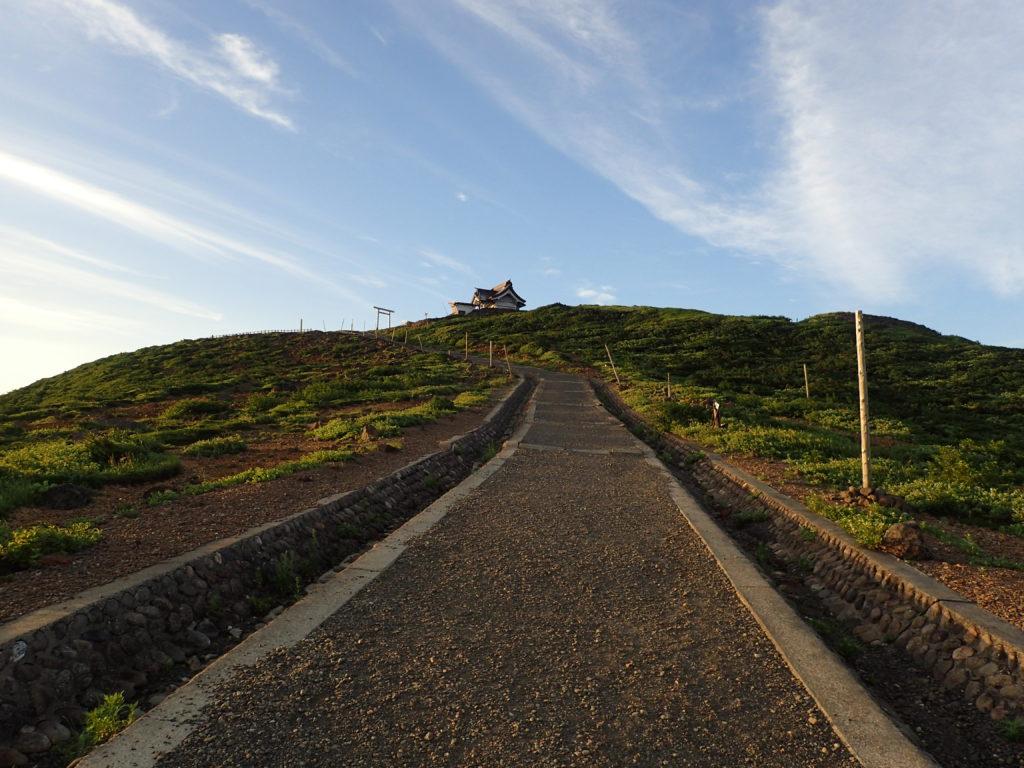 蔵王山の刈田岳山頂へ向かう道