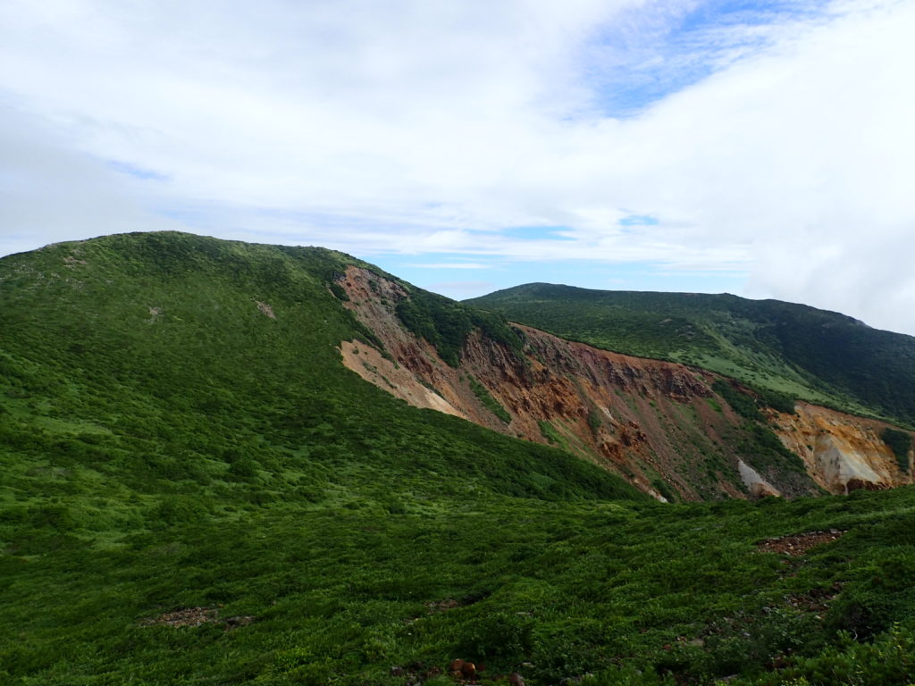 那須岳の朝日の肩付近から見る三本槍方面