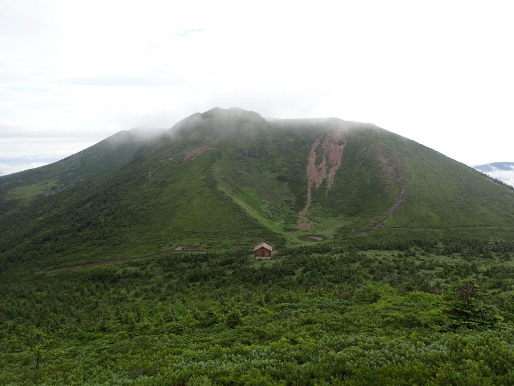 八甲田山の大岳避難小屋と井戸岳方面