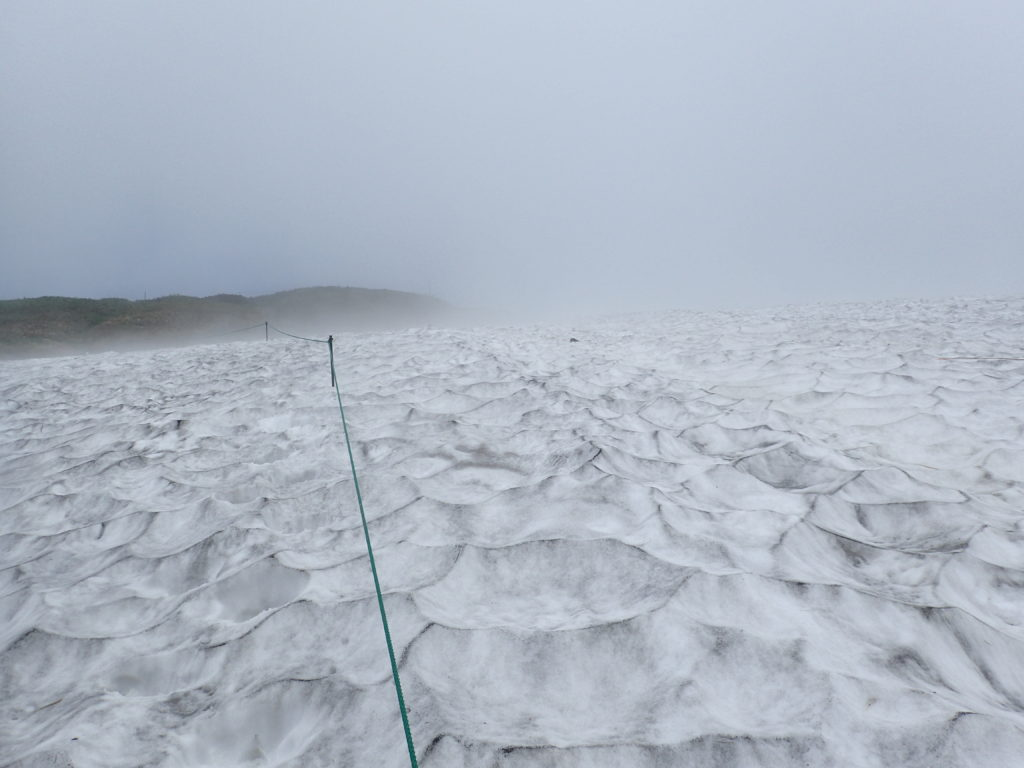 7月の谷川岳の雪渓